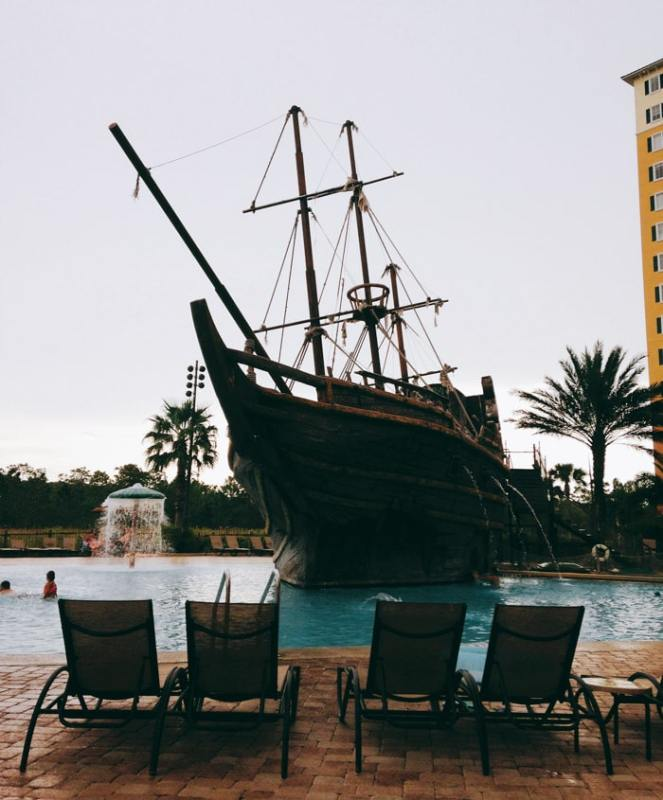Navio pirata na piscina