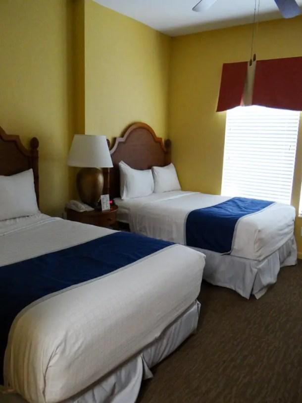 quarto com duas camas de casal