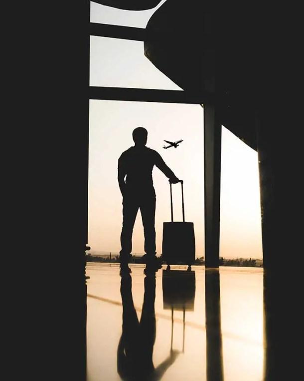 homem com mala de mão no aeroporto