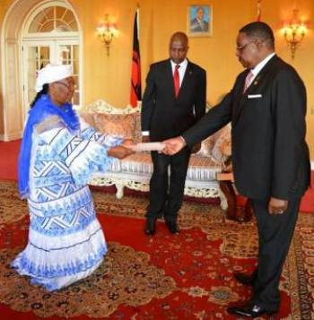 President Peter Mutharika receives the letters of credence from Rakiatou Mayaki of Niger.