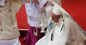 Pope Fransis falls down Poland