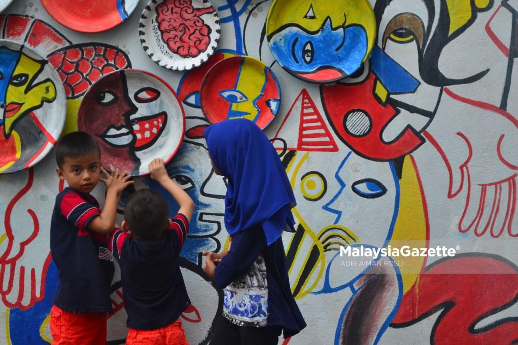 Gelagat tiga kanak-kanak bermain dengan pameran seni ketika tinjauan lensa Malaysia Gazette di Laman Seni 7, Shah Alam, Selangor. foto ADIB AIMAN ROSLI, 01 FEBRUARI 2017