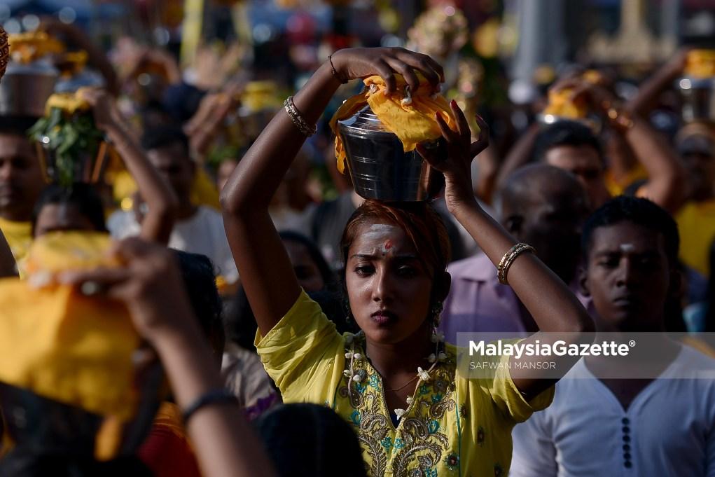 Seorang wanita penganut agama Hindu berarak dengan membawa bekas yang diisi susu sempena sambutan hari perayaan Thaipusam di Batu Caves, Selangor. foto SAFWAN MANSOR, 09 FEBRUARI 2017