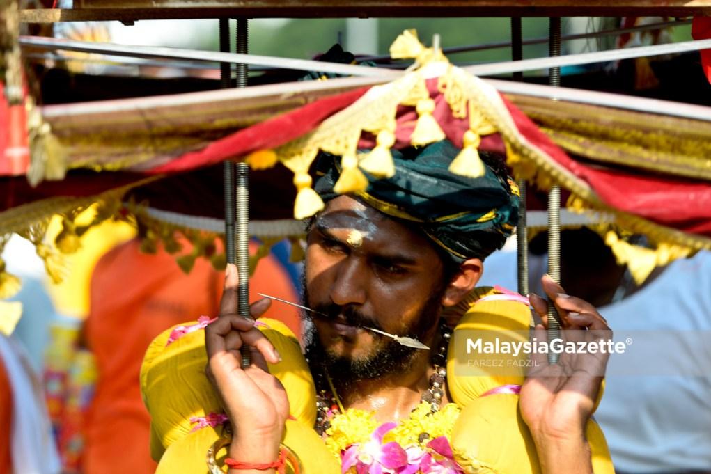 Gelagat seorang penganut agama Hindu yang membawa kavadi ketika menyertai perarakan sempena sambutan hari perayaan Thaipusam di Batu Caves, Selangor. foto FAREEZ FADZIL, 09 FEBRUARI 2017