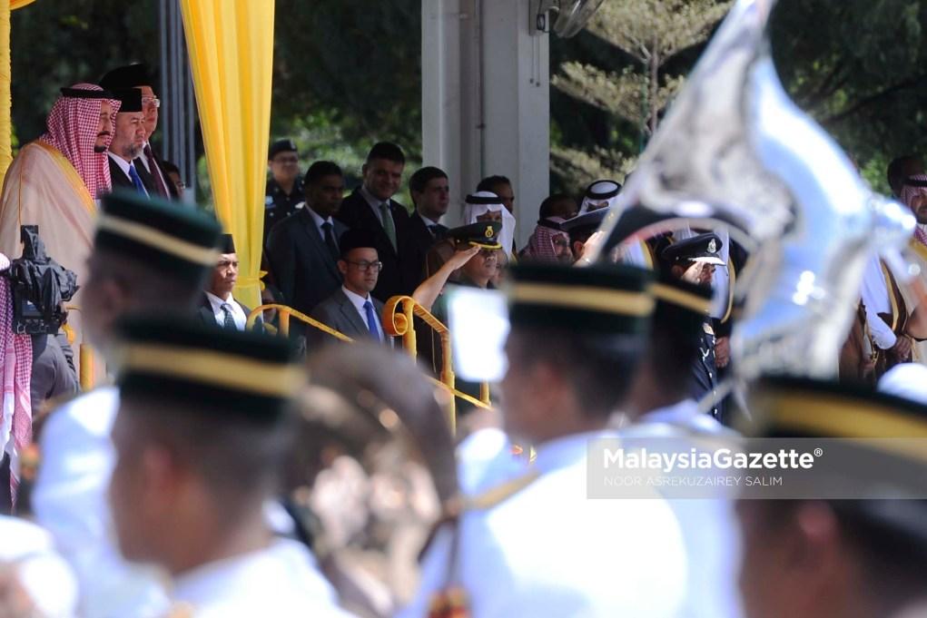 Yang di-Pertuan Agong, Sultan Muhammad V (tengah) bersama Raja Arab Saudi, Raja Salman AbdulAziz Al Saud (kiri) berkenan berdiri ketika lagu kebangsaan Negaraku dimainkan turut serta Perdana Menteri, Datuk Seri Najib Tun Razak (kanan) sempena kunjungan rasmi ke Malaysia di Dataran Parlimen, Kuala Lumpur. foto NOOR ASREKUZAIREY SALIM, 26 FEBRUARI 2017