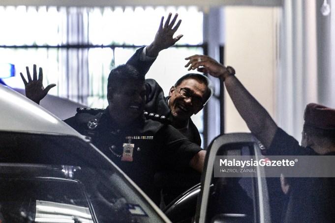 Mahkamah Tinggi di sini hari ini memerintahkan stesen televisyen TV3 membayar ganti rugi RM1.1 juta kepada bekas Ketua Pembangkang Datuk Seri Anwar Ibrahim selepas mendapati TV3 bertanggungjawab menfitnah dengan mengaitkan Anwar sebagai seorang daripada dalang pencerobohan di Lahad Datu, Sabah, lima tahun lepas.