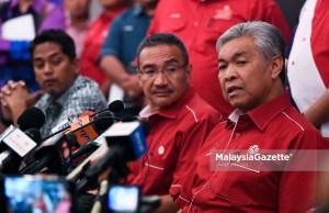 Pemangku Presiden UMNO, Datuk Seri Ahmad Zahid Hamidi bercakap pada sidang akhbar khas Majlis Tertinggi UMNO ditemani Pemangku Timbalan Presiden UMNO, Datuk Seri Hishammuddin Hussein (dua kanan) dan Ketua Pemuda UMNO, Yb Khairy Jamaluddin di Menara Dato' Onn, Pusat Dagangan Dunia Putra (PWTC), Kuala Lumpur. foto FAREEZ FADZIL, 14 MEI 2018