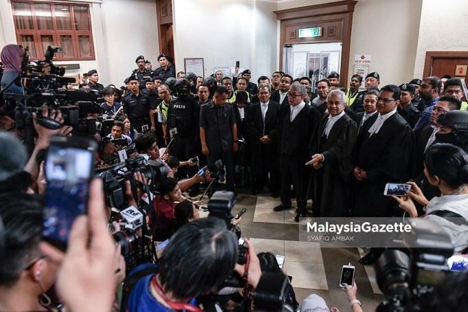 Barisan pendakwaan diketuai Peguam Negara, Tommy Thomas (dua kanan) bercakap kepada para media selepas selepas mendengar pengakuan bekas Perdana Menteri, Datuk Seri Najib Tun Razak di Kompleks Mahkamah Kuala Lumpur. fotp SYAFIQ AMBAK, 04 JULAI 2018