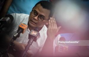 Menteri Besar Selangor, Amiruddin Shaari bercakap ketika sesi sidang media Majlis Pelancaran Bilik Gerakan Utama Parti Keadilan Rakyat (PKR) sempena Pilihan Raya Kecil N.49 Sungai Kandis di Jalan Bukit Kemuning, Seksyen 34, Shah Alam, Selangor. foto AFFAN FAUZI, 22 JULAI 2018
