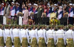 Yang di-Pertuan Agong, Sultan Muhammad V berkenan tabik hormat ke Batalion Pertama Rejimen Askar Melayu Diraja pada Sambutan Hari Kebangsaan 2018 diiringi Perdana Menteri, Tun Dr. Mahathir Mohamad (lima kiri) dan barisan Menteri-Menteri Kabinet di Perbadanan Putrajaya, Putrajaya. foto FAREEZ FADZIL, 31 OGOS 2018
