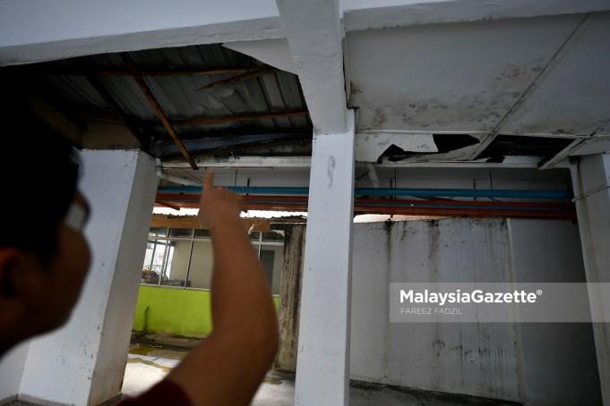 Penduduk menunjukkan keadaan siling yang usang dan rosak semasa tinjauan Malaysia Gazette di Flat Desa Tasik Fasa 1A, Sungai Besi, Kuala Lumpur. foto FAREEZ FADZIL, 17 OKTOBER 2018