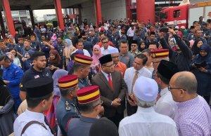 Menteri Besar Selangor, Amirudin Shari ketika memberi penghormatan terakhir kepada keenam-enam jenazah penyelam PPDA yang maut semasa SAR. Kerajaan Selangor hari ini mengarahkan Majlis Perbandaran Sepang (MPS) menutup kawasan lombong di Taman Putra Perdana, Puchong.