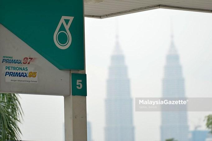 Petroliam Nasional Bhd (Petronas) hari ini menafikan dakwaan dalam hantaran di blog dan tapak dalam talian bahawa ia memberi layanan istimewa kepada syarikat tertentu.