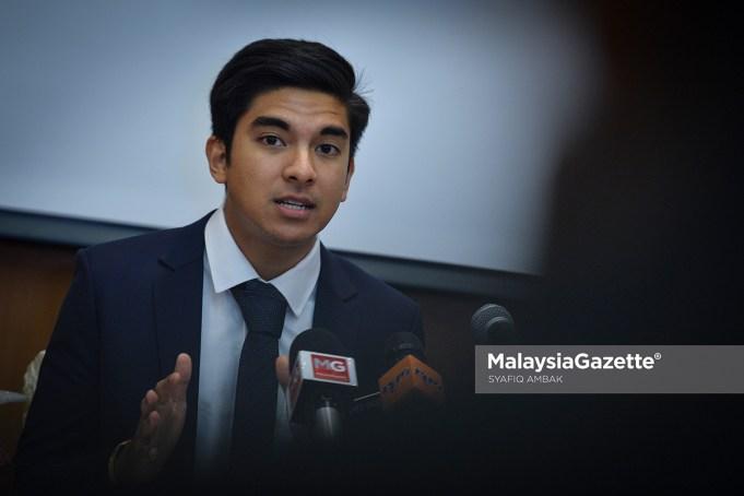Anggota Parlimen Muar Syed Saddiq Syed Abdul Rahman meminta pejabatnya membuat laporan polis berhubung seorang penyamar yang mendakwa sebagai 'pembantu MP Muar' dan meminta komisyen 30 peratus.