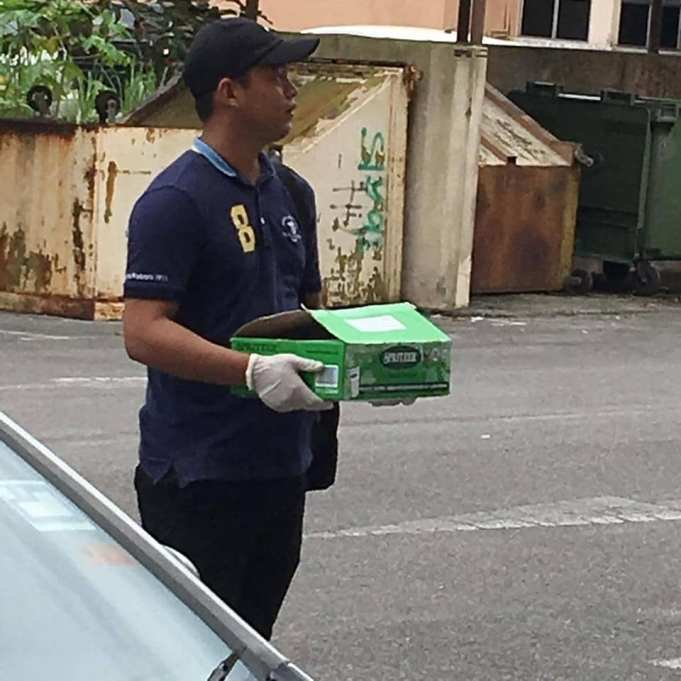 Polis membawa kotak dipercayai mengandungi mayat bayi yang ditemukan di tong samah. - foto facebook Kota Samarahan Kini