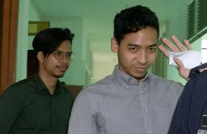 Amirrul Adli M Yussli, 26, pelatih pramugara di syarikat penerbangan AirAsia berkata, beliau juga melihat anggota bomba itu, yang memakai pakaian celoreng, duduk dalam keadaan melunjurkan kaki.