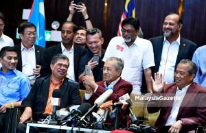 Pengerusi Pakatan Harapan, Tun Mahathir Mohamad (tengah) pada sidang akhbar bersama pimpinan tertinggi Pakatan Harapan selepas menang Pilihan Raya Umum ke-14 (PRU14) di Hotel Sheraton, Petaling Jaya, Selangor. foto FAREEZ FADZIL, 09 MEI 2018