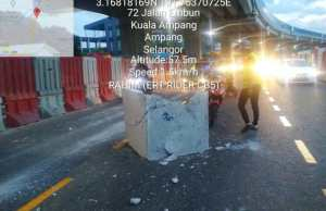 A block of concrete fell off from a lorry at the middle lane of the Middle Ring Road 2 (MRR2), Ampang bound at around 7.00 am this morning.