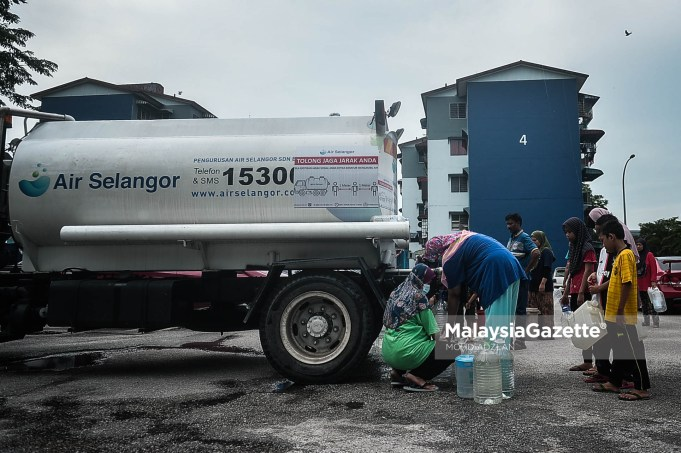 Carlsberg factory scheduled maintenance Residents collection water at the water tanker supplied by Pengurusan Air Selangor Sdn Bhd due to the water disruption in Selangor