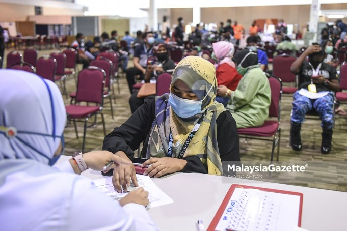 Covid-19 vaccine A frontliner filling up a form prior to her Covid-19 vaccination through the National Covid-19 Immunisation Programme at MAEPS Serdang, Selangor. PIX: SYAFIQ AMBAK / MalaysiaGazette / 05 MARCH 2021. Adham Baba