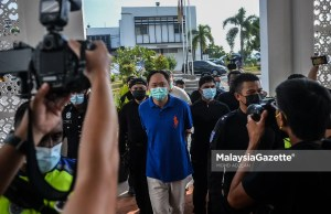 The main suspect and his personal assistant are escorted by the police to the Klang Magistrate Court after they assaulted two bodyguards for fasting and pointed a gun at the bodyguard's head. PIX: MOHD ADZLAN / MalaysiaGazette / 22 APRIL 2021.