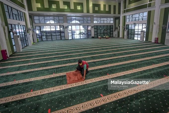 Gombak Utara Mosque Committee Member, Muhd Haziq Heirol Anuar, 18, making preparations for the tarawih prayer in conjunction with the Ramadan month. PIX: SYAFIQ AMBAK / MalaysiaGazette / 11 APRIL 2021. Friday prayer congregational prayer SOP MCO Movement Control Order Selangor