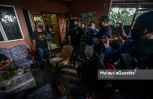 Gombak District Police Chief Assistant Commissioner Arifai Tarawe reminded the host and guests who violated the standard operating procedures (SOP) for Aidilfitri visit during the SOP compliance monitoring in conjunction with the Movement Control Order (MCO) 3.0 at Rawang Perdana, Selangor. PIX: AFFAN FAUZI / MalaysiaGazette / 14 MAY 2021. 10 compounds have been issued to the hosts and guests for violating the standard operating procedures (SOP) of Aidilfitri Celebration during the Movement Control Order (MCO) 3.0 in an inspection conducted by the Gombak District Police Headquarters (IPD) today.