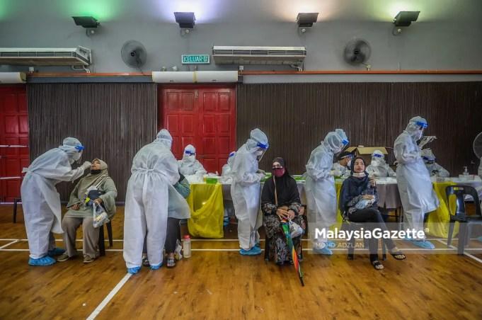Covid-19 cases record high Healthcare workers from Sel Care Selangor conducting Covid-19 screening at DUN Paya Jaras. PIX: MOHD ADZLAN/ MalaysiaGazette / 26 MAY 2021.