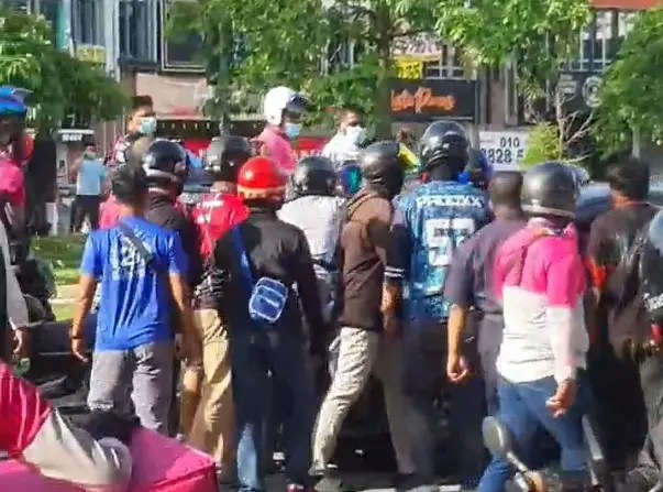 assault accident foodpanda A group of food delivery riders are believed to have assaulted a lorry driver after an accident in Setia Alam, Shah Alam, yesterday.