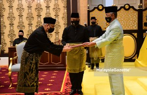 Yang di-Pertuan Agong, Al-Sultan Abdullah Ri'ayatuddin Al-Mustafa Billah Shah awarded the appointment letter of the 9th Prime Minister of Malaysia to the Vice-President of UMNO, Datuk Seri Ismail Sabri Yaakob during the Swearing-In Ceremony at Istana Negara, Kuala Lumpur. PIX: Department of Information / 21 August 2021 Motion of Confidence PM