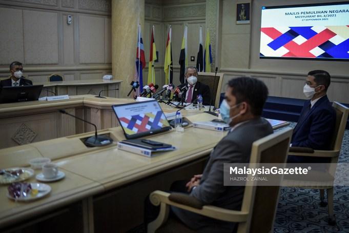 Pengerusi Majlis Pemulihan Negara, Tan Sri Muhyiddin Yassin bercakap pada sidang media selepas mempengerusikan Mesyuarat Majlis Pemulihan Negara di Kementerian Kewangan, Putrajaya. Foto HAZROL ZAINAL, 27 SEPTEMBER 2021.