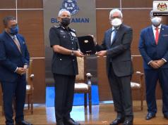 Home Minister Datuk Seri Hamzah Zainudin handed the appointment letter to Inspector-General of Police (IGP) Datuk Seri Acryl Sani Abdullah Sani at the Bukit Aman Police Headquarters today.