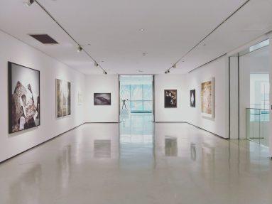 Empty gallery by Deanna J on Unsplash