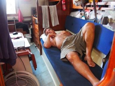 Le Capitaine qui fait une sieste pour reposer son dos