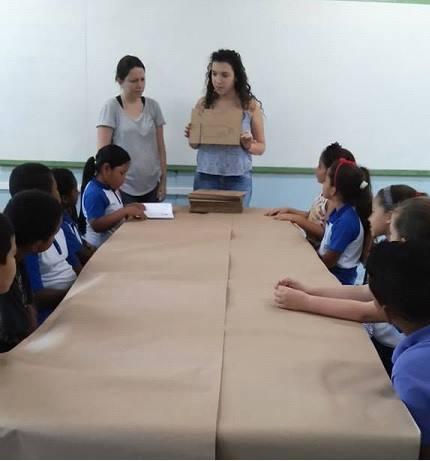 Chayenne Mubarack e Cristiane Gomes ministrando oficina na EM Jocymara de Falchi Jorge.