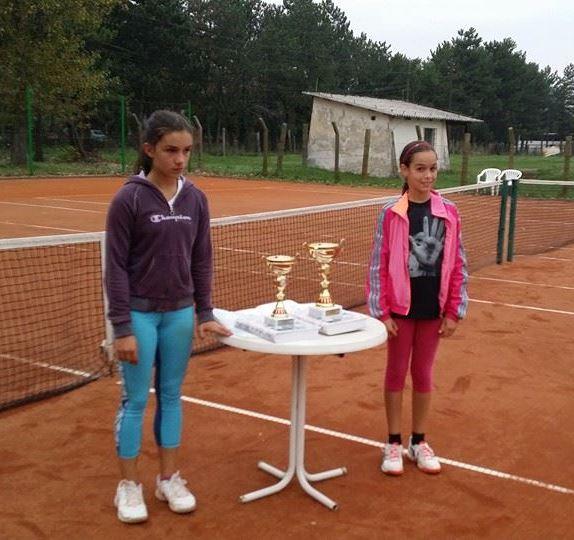 Nađa Živković i Simona Josimović, finalistkinje turnira do 12 godina u teniskom klubu Kovačica
