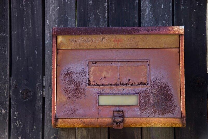 錆びた古い郵便受け