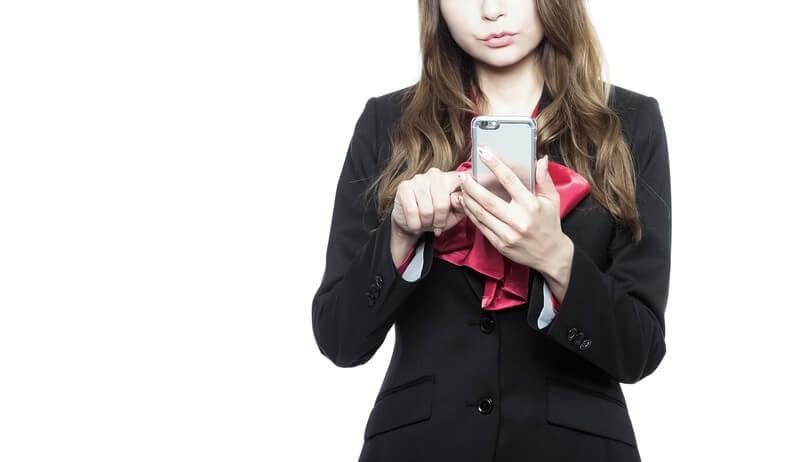 スマホでメールをしている女性