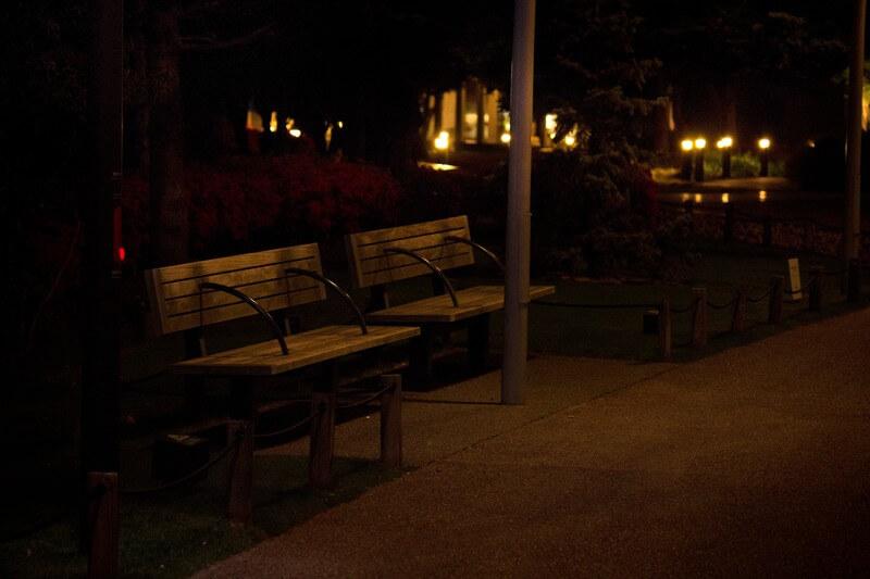 夜の部薄暗い公園にあるベンチ