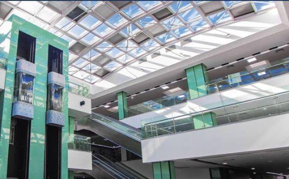 Intérieur du centre commercial Ryad Square et son toit en verre