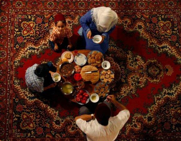 Famille autour d'un  repas du ramadan en image