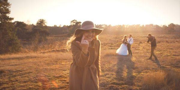Eine Frau, die zu einem Fotoshooting von Rockstein Fotografie winkt.