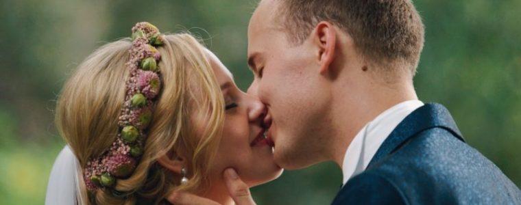 Romina und Jan küssen sich auf Hohensyburg