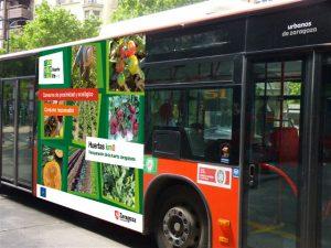 Autobús urbano con propaganda del proyecto Huertas Life Km0