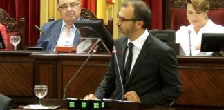 Biel Barceló en el pleno del Parlament