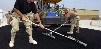 Trabajadores asfaltando