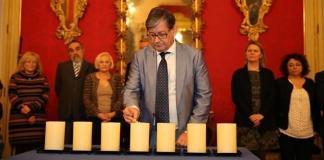El presidente del Parlament en funciones, Vicenç Thomàs, encendiendo las siete velas