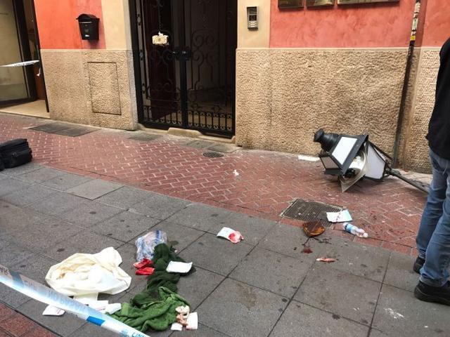Cae una farola en la calle Sant Miquel alcanzando a una persona. Fotos: MMC