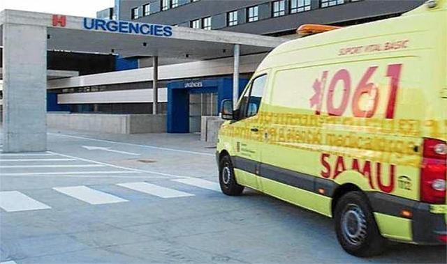 Ambulancia llegando a Son Espases (Archivo)