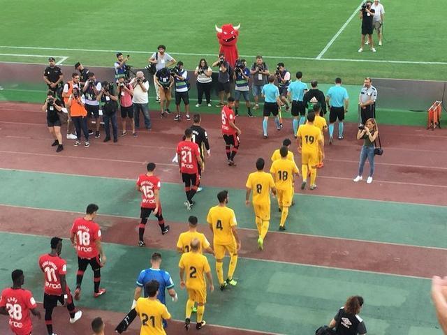 Los equipos botando al pasto (Foto: Twitter)